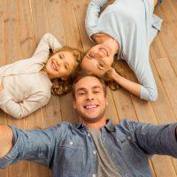 rodzina-na-podlodze-drewnianej
