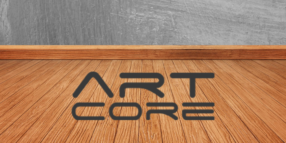napis ArtCore na tle drewnianej podłogi