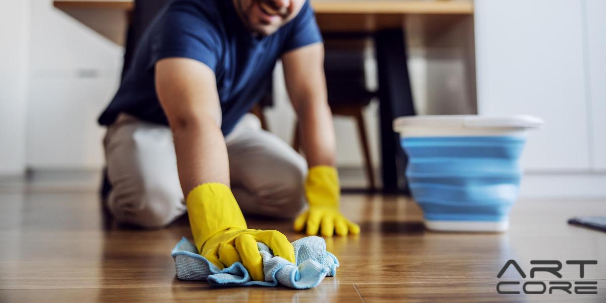 mężczyzna myje drewnianą podłogę